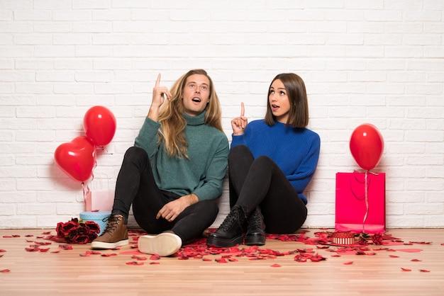 Couple, saint valentin, penser, idée, pointage, doigt