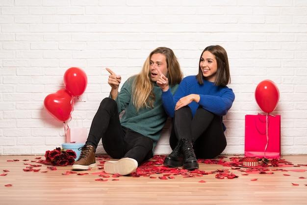 Couple, saint valentin, pointage, doigt, côté