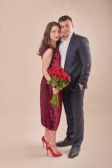 Couple de saint valentin avec roses
