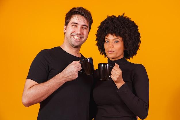 Couple de la saint-valentin tenant une tasse de thé ou de café ensemble