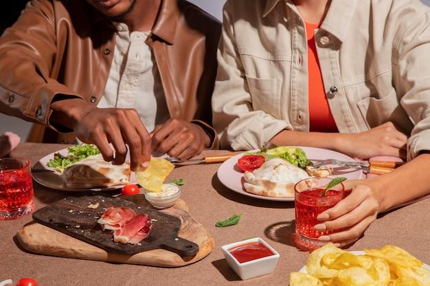 Couple savourant une délicieuse cuisine italienne