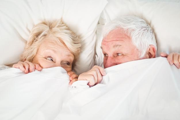 Couple se cachant dans une couverture