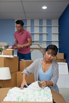 Couple se déplaçant dans un nouvel appartement