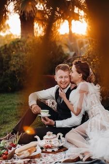 Un couple se détend au coucher du soleil en france