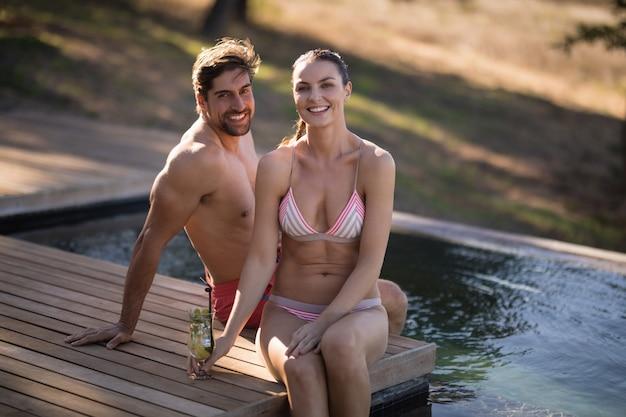 Couple se détendre dans la piscine pendant les vacances de safari