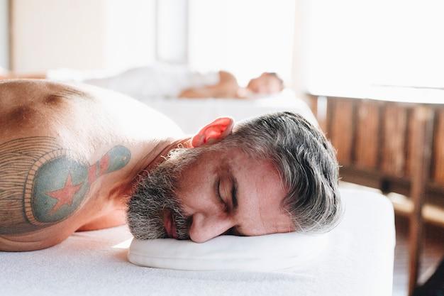 Couple se détendre dans un salon spa