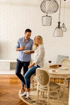 Couple se détendre à la maison et manger une pizza de bon goût