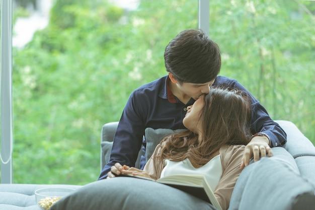 Un couple se détendre à la maison.