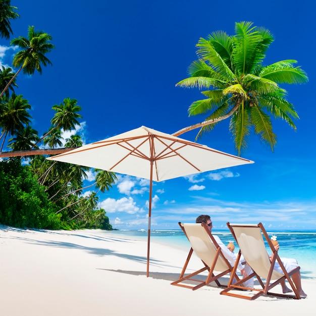Couple se détendre sur une plage aux samoa