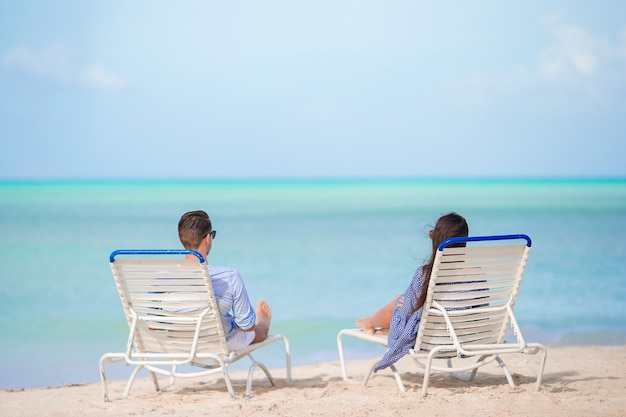 Couple se détendre sur une plage tropicale aux maldives