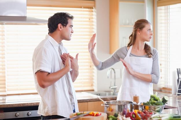 Couple se disputant dans la cuisine