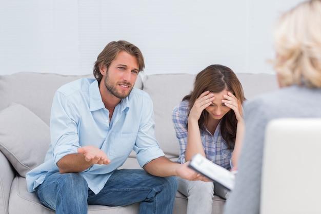 Couple se disputer et pleurer sur le canapé
