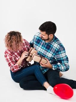 Couple se donnant pour la saint-valentin