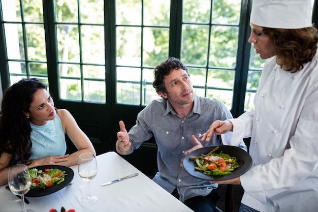 Couple se plaindre de la nourriture au chef