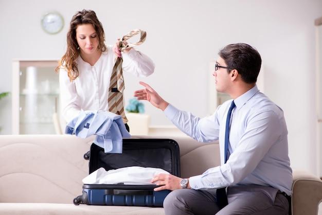 Couple se préparant pour le voyage