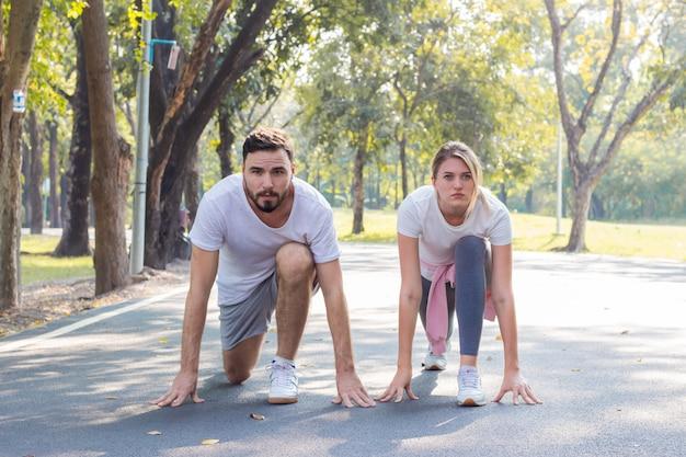 Couple se prépare à faire de l'exercice.
