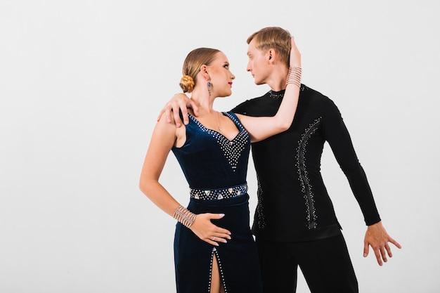 Couple se regardant avec passion