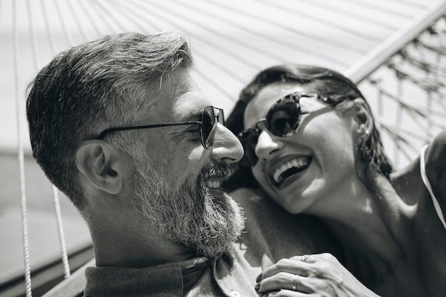 Couple se reposant ensemble dans un hamac