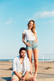 Couple se reposant sur la plage