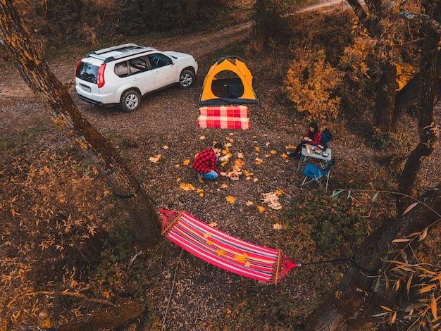Couple se reposant près du camping du lac automne saison d'automne