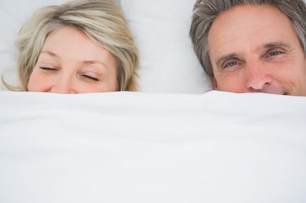 Couple se réveiller sous les couvertures