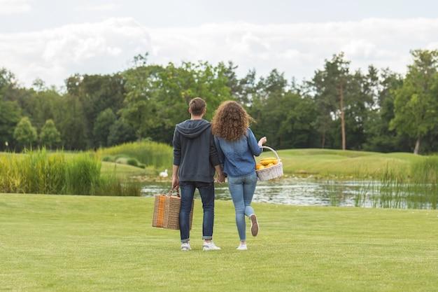 Le couple se tient dans un parc près du lac