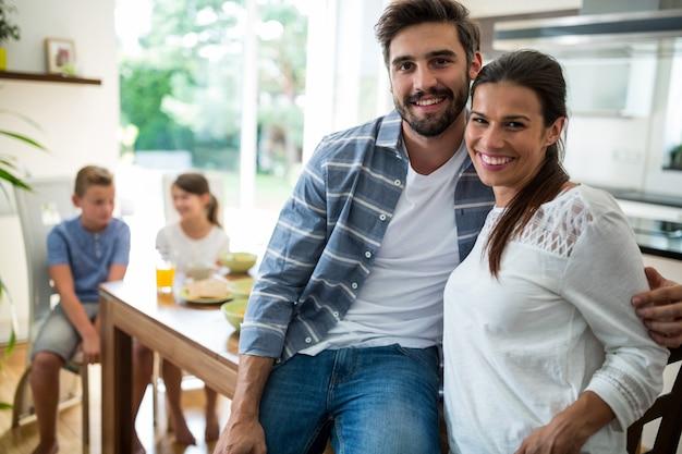 Couple, séance, bras, autour de, table manger