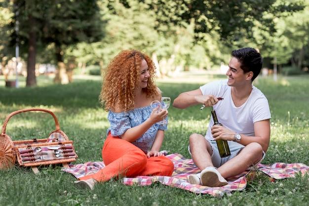 Couple, séance, ouverture, bouteille vin