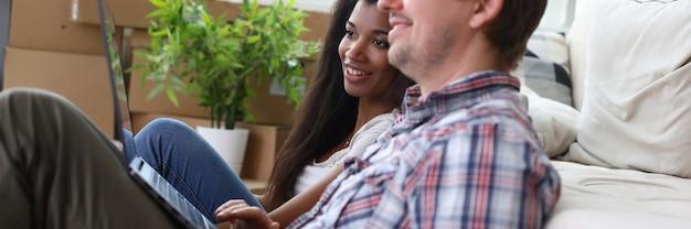 Couple, séance, plancher, appartement, regarder, ordinateur portable