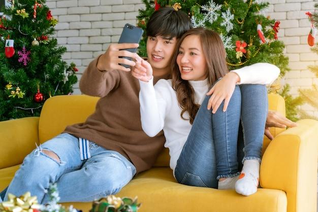 Couple selfie vacances de fête de noël