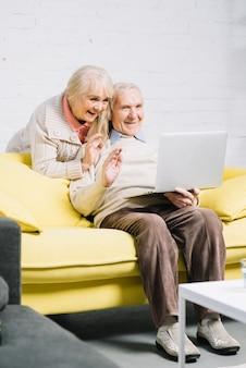 Couple senior à l'aide d'un ordinateur portable
