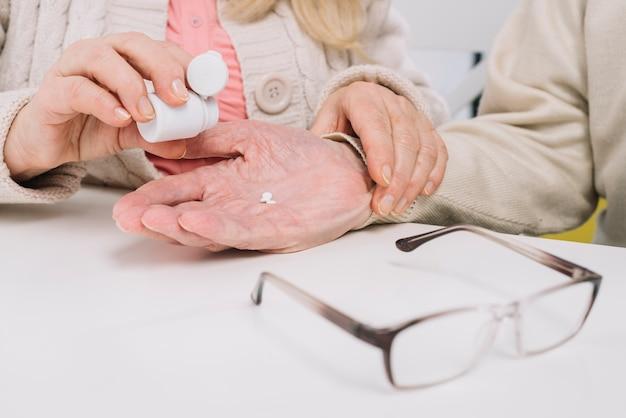Couple senior à l'aide de pilules