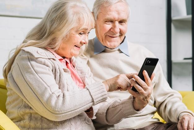 Couple senior à l'aide de smartphone