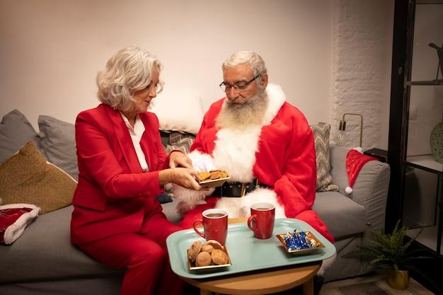 Couple senior ayant des cookies