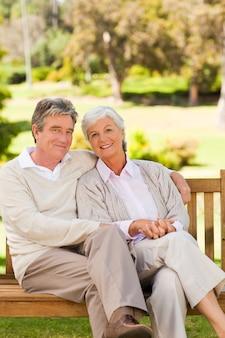 Couple senior sur le banc dans un parc