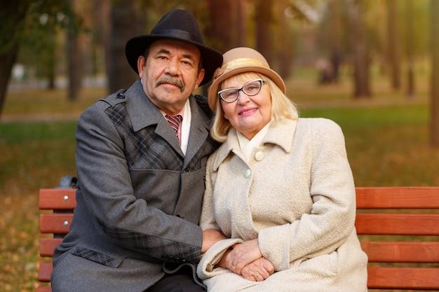Couple senior dans le parc en automne