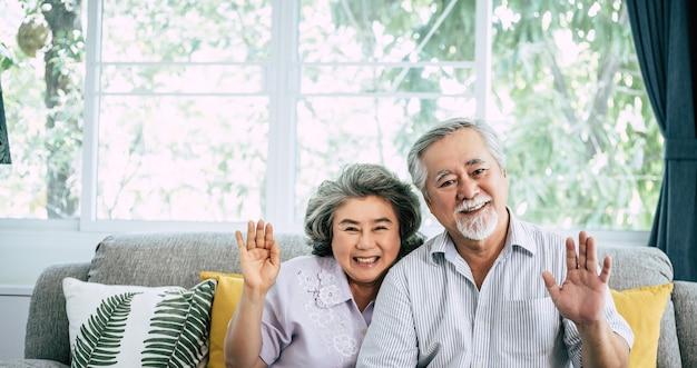 Couple senior dit salut regarde la caméra