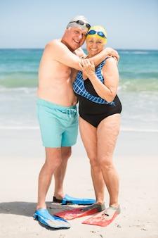 Couple senior embrassant à la plage