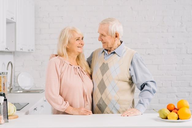 Couple senior ensemble dans la cuisine