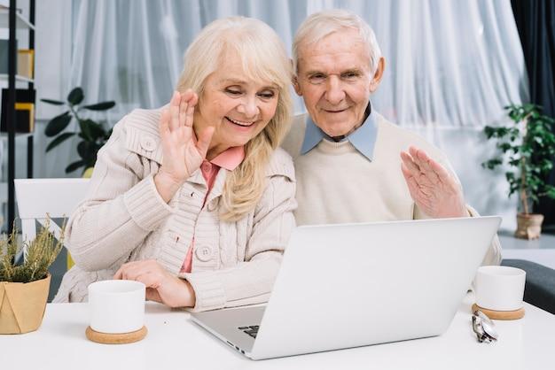 Couple senior faisant un appel vidéo