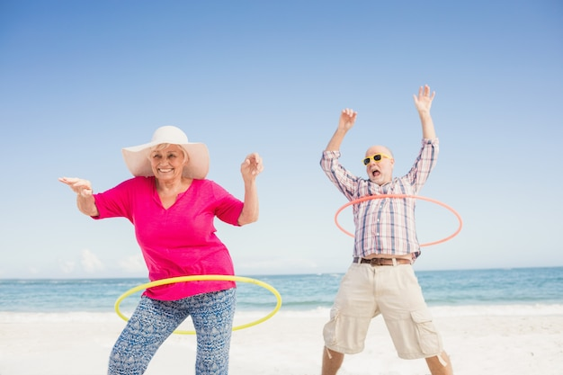 Couple senior faisant hula hoop