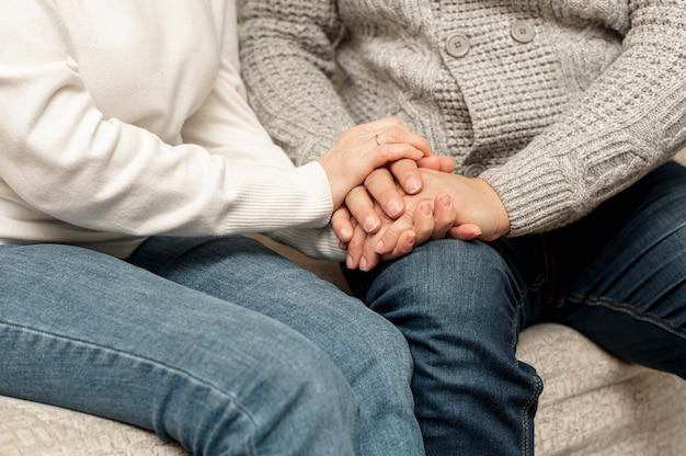 Couple senior higha ngle tenant par la main