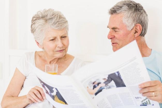 Couple senior lecture journal au lit