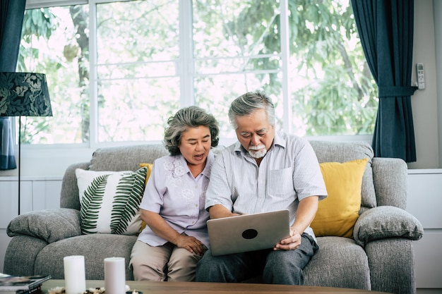 Couple senior parler avec un ordinateur portable