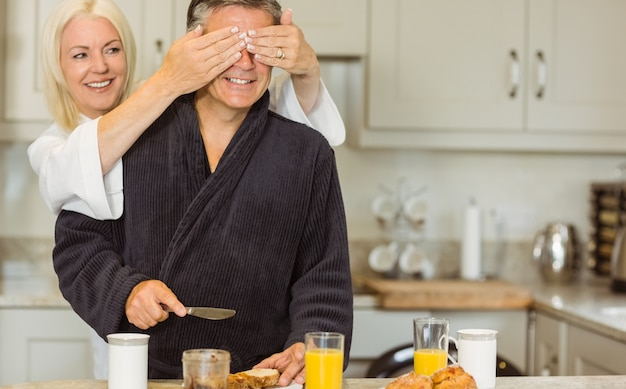 Couple senior prenant son petit déjeuner ensemble