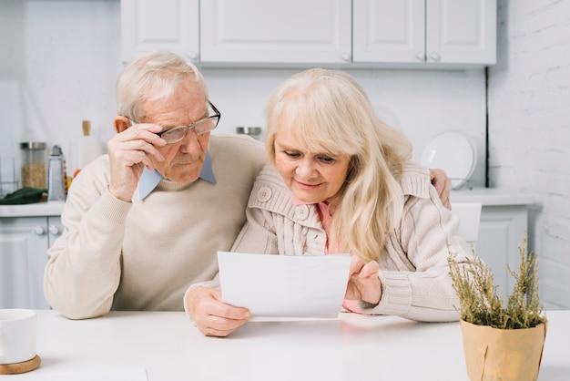 Couple senior à la recherche de papier