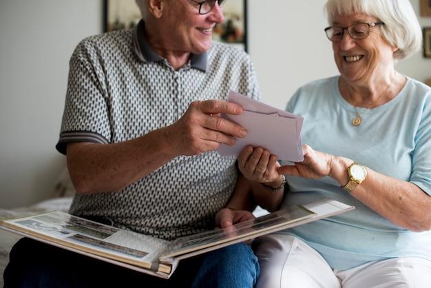 Couple senior en regardant album photo de famille
