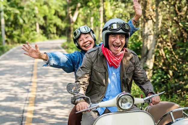 Couple senior sur un scooter classique