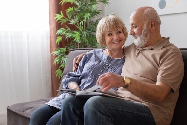 Couple senior shot moyen avec livre