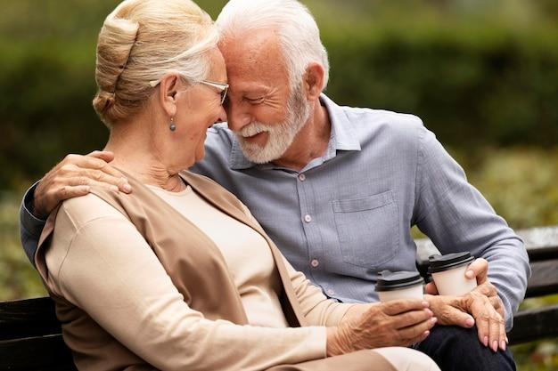 Couple senior shot moyen avec tasses